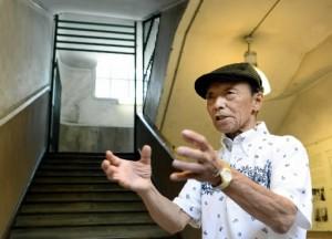 伝えるヒロシマ 爆心地500メートル <8> Ⅰ袋町小平和資料館の地下で証言する友田さん-300x216